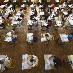 Estudiantes de secundaria realizan un examen, la primera sesión de prueba del bachillerato 2021 (examen de graduación de la escuela secundaria) en el instituto Pasteur en Estrasburgo, este de Francia.   Foto:Frederick Florin / AFP