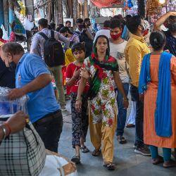 La gente compra en un mercado abarrotado después de que las autoridades suavizaran el cierre impuesto como medida preventiva contra el coronavirus Covid-19, en Nueva Delhi. | Foto:Prakash Singh / AFP