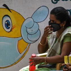 Unas personas esperan para que se les inocule una dosis de la vacuna contra el coronavirus Covid-19 en una escuela de Chennai. | Foto:Arun Sankar / AFP