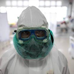 Un personal médico mira a la cámara mientras revisa a los pacientes del COVID-19 en la sala de la unidad de cuidados intensivos del Hospital General Regional de la ciudad de Bogor.   Foto:Donal Husni / ZUMA Wire / DPA