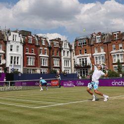 Los franceses Pierre-Hugues Herbert y Nicolas Mahut juegan contra los británicos Liam Broady y Ryan Penistone durante su partido de tenis de segunda ronda de dobles masculino en el torneo ATP Championships en el Queen's Club en el oeste de Londres. | Foto:Adrian Dennis / AFP