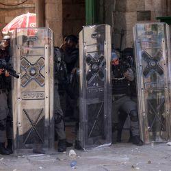 Miembros de las fuerzas de seguridad israelíes permanecen en alerta durante una protesta de los palestinos en respuesta a los cánticos de los ultranacionalistas israelíes dirigidos al profeta Mahoma en la Marcha de las Banderas. | Foto:Ahmad Gharabli / AFP