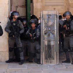 Miembros de las fuerzas de seguridad israelíes apuntan con lanzadores de balas recubiertas de goma durante una protesta de los palestinos en respuesta a los cánticos de los ultranacionalistas israelíes dirigidos al profeta Mahoma en la Marcha de las Banderas.   Foto:Ahmad Gharabli / AFP