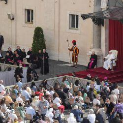 El papa Francisco celebra su audiencia general semanal en el patio de San Dámaso en El Vaticano. | Foto:Tiziana Fabi / AFP