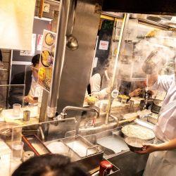 La gente cena en el área de Shinjuku de Tokio, después de que Japón anunciara que el estado de emergencia por virus en Tokio y varias otras regiones se levantará a fines de junio, poco más de un mes antes de los Juegos Olímpicos. | Foto:Charly Triballeau / AFP