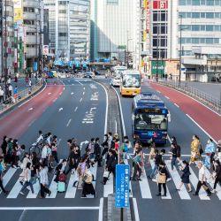 La gente cruza una calle fuera de la estación de tren de Shinjuku en Tokio, después de que Japón anunciara que el estado de emergencia por virus en Tokio y varias otras regiones se levantará a fines de junio, poco más de un mes antes de los Juegos Olímpicos. | Foto:Charly Triballeau / AFP