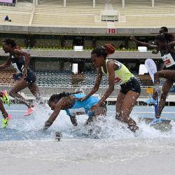 Una atleta tropieza mientras los atletas kenianos compiten en la final de 3000M de persecución de obstáculos para mujeres en el segundo día de las pruebas para los Juegos Olímpicos de Tokio en el estadio Kasarani en Nairobi.   Foto:Simon Maina / AFP