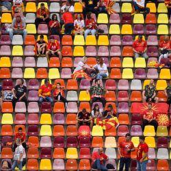 Los seguidores de Macedonia del Norte esperan el inicio del partido de fútbol del Grupo C de la Eurocopa 2020 entre Ucrania y Macedonia del Norte en el National Arena de Bucarest.   Foto:Mihai Barbu / POOL / AFP