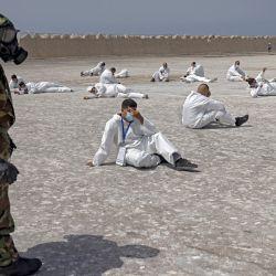 Miembros de la Unidad de Rescate y Socorro de las Fuerzas Armadas Reales marroquíes participan en un simulacro bioquímico organizado por la Agencia de Reducción de la Amenaza de Defensa de Estados Unidos como parte del ejercicio militar    Foto:Fadel Senna / AFP