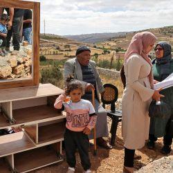 Miembros de una familia palestina comprueban sus pertenencias después de que la maquinaria israelí demoliera su casa situada en el  | Foto:Hazem Bader / AFP