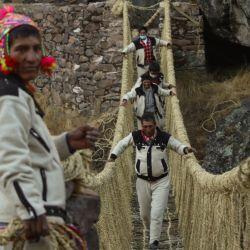 Fotografía distribuida por el Gobierno Regional de Cusco que muestra a campesinos restaurando el puente colgante Q'eswachaka, que descansa sobre el río Apurimac en Quehue, Perú. | Foto:Handout / GOBIERNO REGIONAL DE CUSCO / AFP