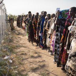 Mujeres del grupo étnico Murle esperan en una fila para la distribución de alimentos por parte del Programa Mundial de Alimentos (PMA) de las Naciones Unidas en Gumuruk, Sudán del Sur, ya que su pueblo fue atacado recientemente por un grupo de jóvenes armados.   Foto:Simon Wohlfahrt / AFP