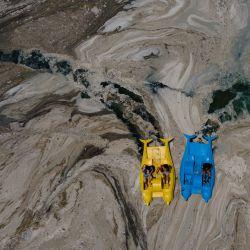 Esta fotografía aérea tomada en el distrito de Darica, en Kocaeli (Turquía), muestra a unos botes que navegan por el mar de Mármara cubiertos de moco de mar, una capa gelatinosa de baba que se desarrolla en la superficie del agua debido a la excesiva proliferación de fitoplancton, lo que supone una grave amenaza para el bioma marino.   Foto:Yasin Akgul / AFP