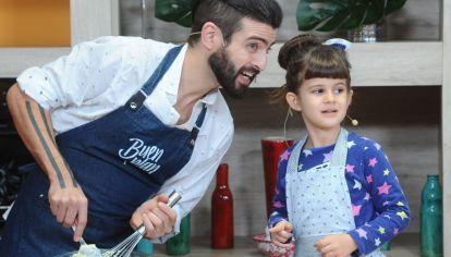 Teru cocina con la hija
