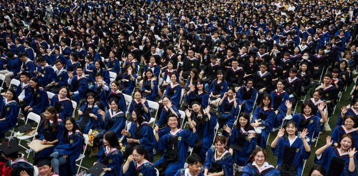 Esta foto muestra a casi 11.000 graduados, incluidos más de 2.000 estudiantes que no pudieron asistir a la ceremonia de graduación el año pasado debido al brote de coronavirus Covid-19, asistiendo a una ceremonia de graduación en la Universidad Normal de China Central en Wuhan, en la provincia central china de Hubei.