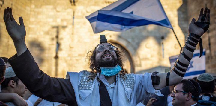 Israel, Jerusalén: Un judío ultraortodoxo participa en la polémica Marcha de las Banderas, organizada por los nacionalistas de derecha israelíes.