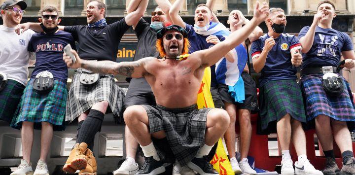 Los aficionados escoceses animan en la estación central de Glasgow mientras se preparan para viajar a Londres antes del partido del Grupo D de la Eurocopa 2020 entre Inglaterra y Escocia en el estadio de Wembley.