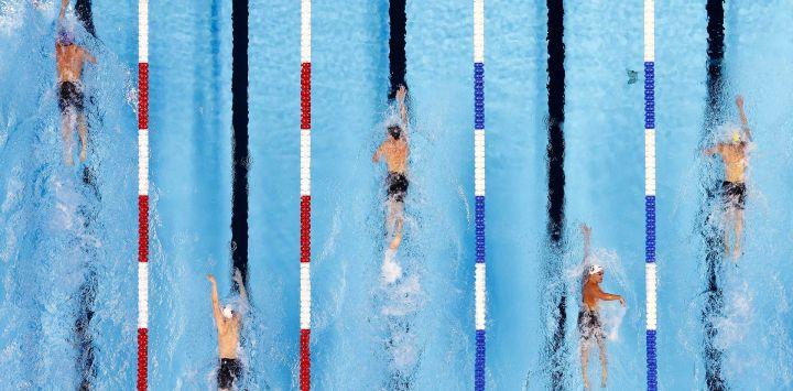 Trey Freeman, Hayden Curley, Charlie Clark, Grant Shoults y Will Roberts, de Estados Unidos, compiten en una eliminatoria preliminar de los 800 metros libres masculinos durante el cuarto día de las pruebas de natación del equipo olímpico de Estados Unidos 2021 en el CHI Health Center en Omaha, Nebraska.