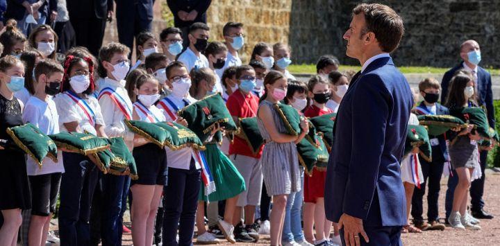 El presidente francés Emmanuel Macron asiste a una ceremonia de la Segunda Guerra Mundial para conmemorar el 81º aniversario del llamamiento a la resistencia de Charles de Gaulle desde Londres en el Mont Valerien, en Suresnes, cerca de París.