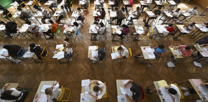 Estudiantes de secundaria realizan un examen, la primera sesión de prueba del bachillerato 2021 (examen de graduación de la escuela secundaria) en el instituto Pasteur en Estrasburgo, este de Francia.