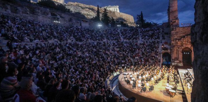 El director indio Zubin Mehta dirige la Orquesta del Maggio Musicale Fiorentino durante un concierto en el Odeón de Herodes Ático.