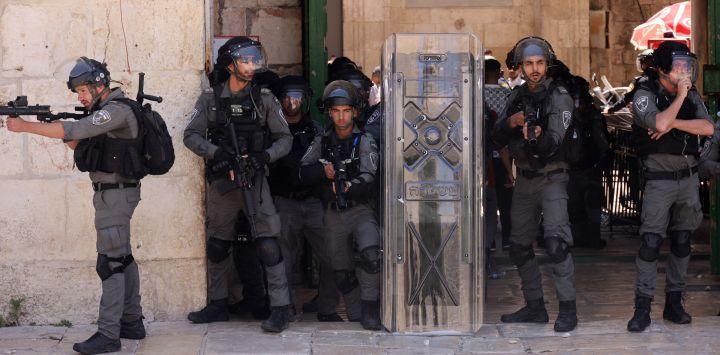 Miembros de las fuerzas de seguridad israelíes apuntan con lanzadores de balas recubiertas de goma durante una protesta de los palestinos en respuesta a los cánticos de los ultranacionalistas israelíes dirigidos al profeta Mahoma en la Marcha de las Banderas.