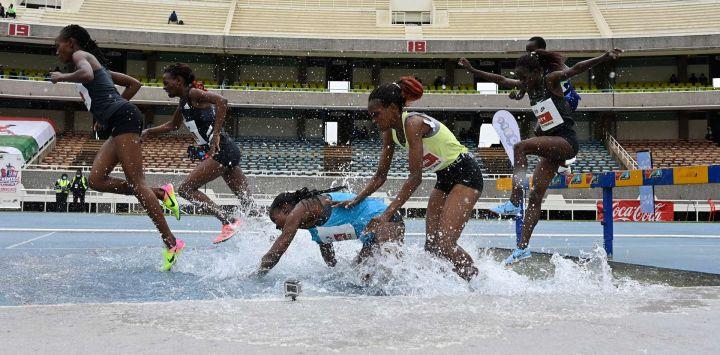 Una atleta tropieza mientras los atletas kenianos compiten en la final de 3000M de persecución de obstáculos para mujeres en el segundo día de las pruebas para los Juegos Olímpicos de Tokio en el estadio Kasarani en Nairobi.