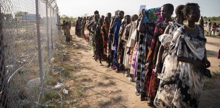 Mujeres del grupo étnico Murle esperan en una fila para la distribución de alimentos por parte del Programa Mundial de Alimentos (PMA) de las Naciones Unidas en Gumuruk, Sudán del Sur, ya que su pueblo fue atacado recientemente por un grupo de jóvenes armados.
