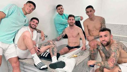 Alegría. Los jugadores después del triunfo ante Uruguay. Los nuevos y los viejos apoyan a Scaloni.