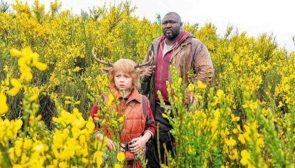 Protagonistas. El pequeño y el gigante son el epicentro de un relato de ciencia ficción en plena pandemia.