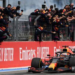 Los miembros del equipo de Red Bull celebran cuando el ganador, el piloto holandés de Red Bull Max Verstappen, cruza la línea de meta durante el Gran Premio de Francia de Fórmula Uno en el Circuito Paul-Ricard en Le Castellet, al sur de Francia. | Foto:Christophe Simon / AFP