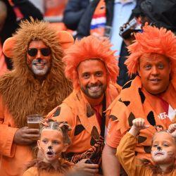 Los aficionados de Holanda animan en las tribunas antes del comienzo del partido de fútbol del Grupo C de la Eurocopa 2020 entre Macedonia del Norte y Holanda en el Johann Cruyff Arena. | Foto:Marius Becker / DPA