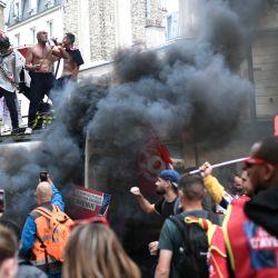 Manifestantes subidos a un camión durante una concentración convocada por la Federación Nacional de Minas y Energía. - Los trabajadores protestan contra el  | Foto:Stephane De Sakutin / AFP
