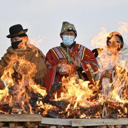 Indígenas aymaras participan en la celebración del año nuevo aymara en Tiwanaku, Bolivia. - Bolivia reanudó las celebraciones del Año Nuevo Andino en el solsticio de invierno que marca el año 5529. | Foto:Aizar Raldes / AFP