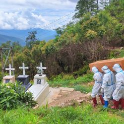 Esta foto muestra a trabajadores sanitarios con trajes de protección llevando un ataúd con el cuerpo de un paciente con el coronavirus Covid-19 durante un entierro en un cementerio en el municipio de Falam, en el estado occidental de Chin, en Myanmar. | Foto:HANDOUT / CHINLAND HERALD DAILY NEWS / AFP