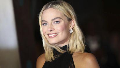 Margot Robbie impacta en este look monocromático
