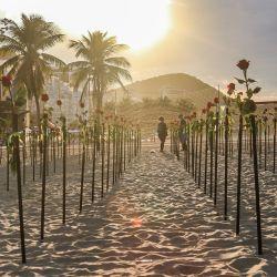 Brasil, Río de Janeiro: Personas de pie durante una protesta de activistas de la ONG Río de Paz en la playa de Copacabana, donde colocaron 500 rosas en la arena para conmemorar la muerte de 500.000 brasileños por el Coronavirus en el país. | Foto:Ellan Lustosa / Zuma Wire / DPA