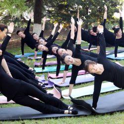 Un instructor de yoga guía a los estudiantes de la carrera de auxiliar de vuelo durante una clase de yoga en la Universidad Vocacional de Nantong. | Foto:Xu Peiqin / Sipa Asia vía ZUMA Wire / DPA