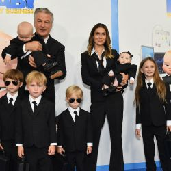 El actor estadounidense Alec Baldwin, su esposa Hilaria Baldwin y sus hijos asisten al estreno de  | Foto:Angela Weiss / AFP