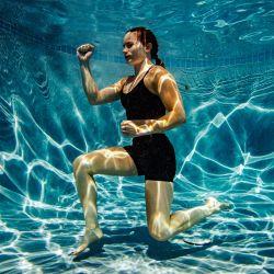 La boxeadora profesional Shayna Foppiano practica sus habilidades bajo el agua como parte de los entrenamientos. | Foto:Joseph Prezioso / Zuma Wire / DPA