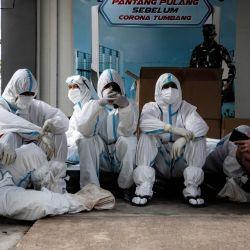 Los trabajadores sanitarios se toman un descanso dentro del complejo del Hospital de Urgencias Wisma Atlet Covid-19. | Foto:Risa Krisadhi / Sopa Images vía ZUMA Wire/ DPA