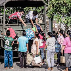Los pacientes con el coronavirus Covid-19 de un hospital local son trasladados por un camión militar para ser alojados en un hospital de campaña para la instalación de tratamiento del coronavirus en la provincia sureña de Songkhla en medio de la tercera ola de infecciones de Tailandia. | Foto:Handout / ROYAL THAI ARMY / AFP