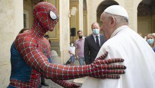 spiderman saluda al papa