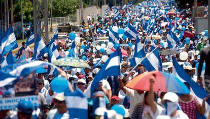 La multitudinaria marcha que salió a reclamar por las detenciones arbitrarias de Ortega en Nicaragua, entre las que se cuenta la de Arturo Cruz.