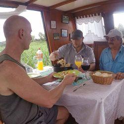 Almorzando en el Tonawanda con los camalotales de fondo.