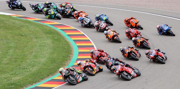 Los pilotos compiten en el Gran Premio de Alemania de MotoGP, Moto3, en el circuito de Sachsenring.