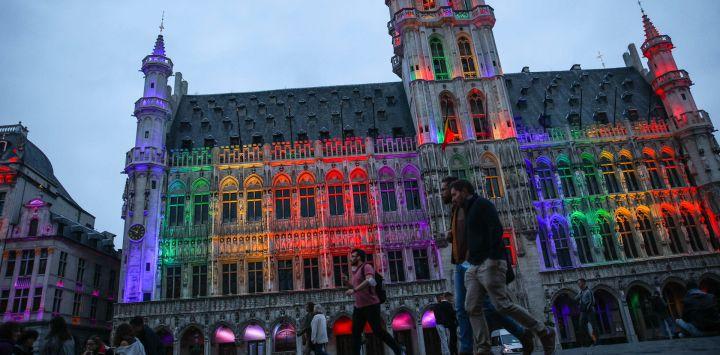 El Ayuntamiento de Bruselas y el resto de la histórica Grand Place de Bruselas se ilumina con los colores del arco iris para mostrar la solidaridad con la comunidad LGTBQ+ tras el voto antigay en Hungría y la posición de la UEFA en Bruselas.
