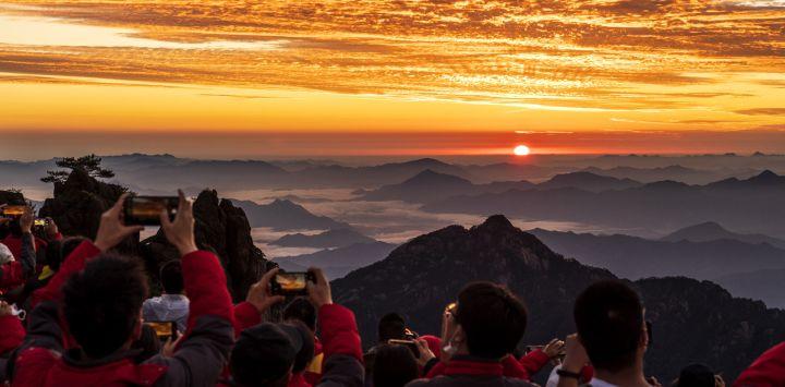La gente se reúne en el monte Huang para ver el amanecer.