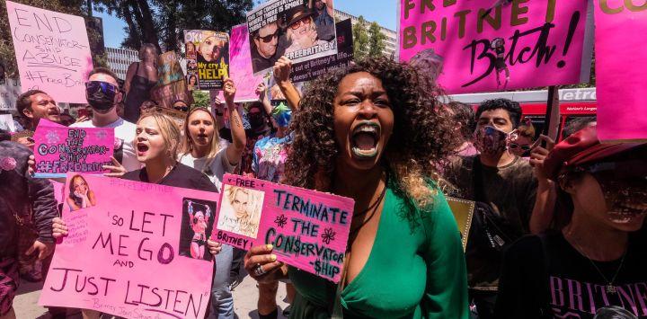 Estados Unidos, Los Ángeles: Fans y simpatizantes de Britney Spears se reúnen fuera del Tribunal del Condado, durante una audiencia programada en el caso de la tutela de Spears. La cantante de pop Britney Spears instó a un juez estadounidense a poner fin a una controvertida tutela que ha dado a su padre el control de sus asuntos desde 2008.