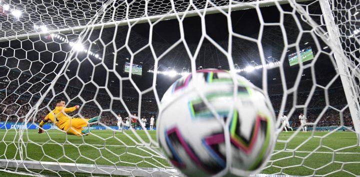 El portero de Francia Hugo Lloris no puede evitar el primer gol marcado por el delantero de Portugal Cristiano Ronaldo desde el punto de penal durante el partido de fútbol del Grupo F de la Eurocopa 2020 entre Portugal y Francia en el Puskas Arena en Budapest.